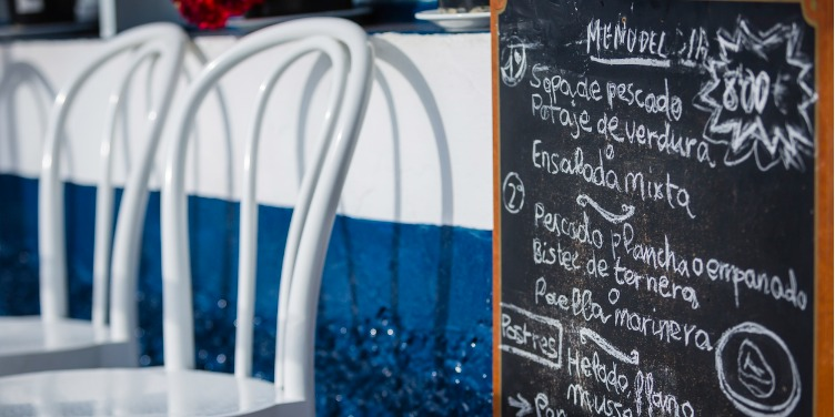Chalkboard sign showing the menu of the day at a restaurant in Gran Canaria